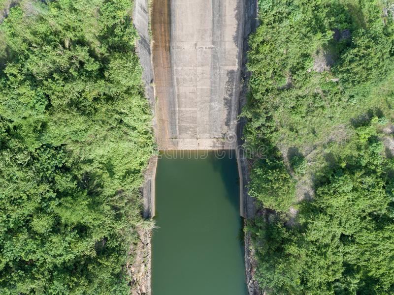 一个具体水坝顺流倾斜的鸟瞰图 图库摄影