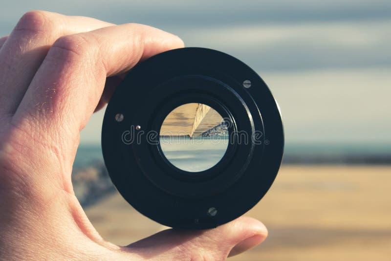 一个具体码头、海和天空通过摄象机镜头- im 免版税库存照片