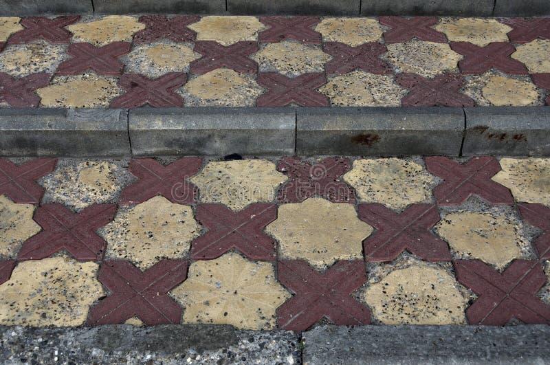 一个具体都市楼梯的接近的看法 与马赛克的室外楼梯 与镶嵌构造的许多步 样式的水平 免版税库存照片