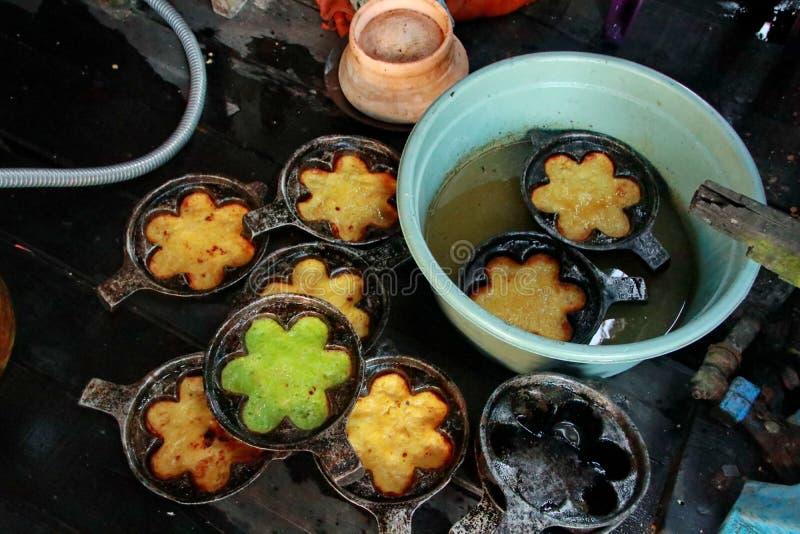 一个典型的南加里曼丹Bingka蛋糕制造商在马辰,当烹调时 库存照片