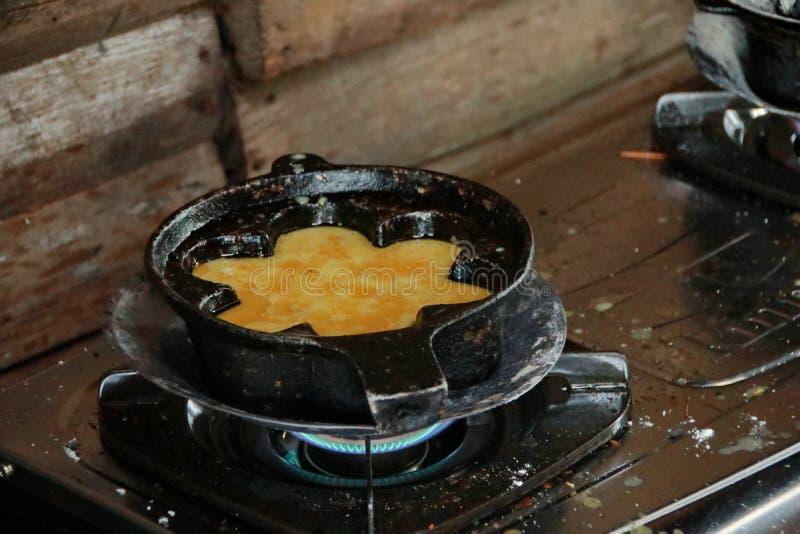 一个典型的南加里曼丹Bingka蛋糕制造商在马辰,当烹调时 免版税图库摄影
