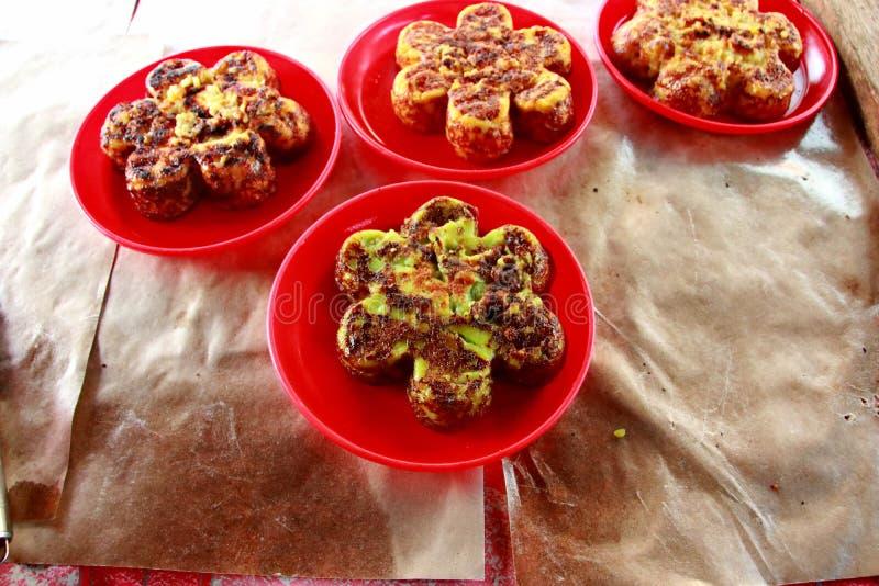 一个典型的南加里曼丹Bingka蛋糕制造商在马辰,当烹调时 库存图片