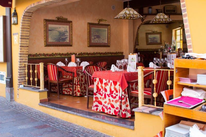 一个典型的大气西班牙餐馆和咖啡馆与在街道上和室内吃设施 免版税库存图片