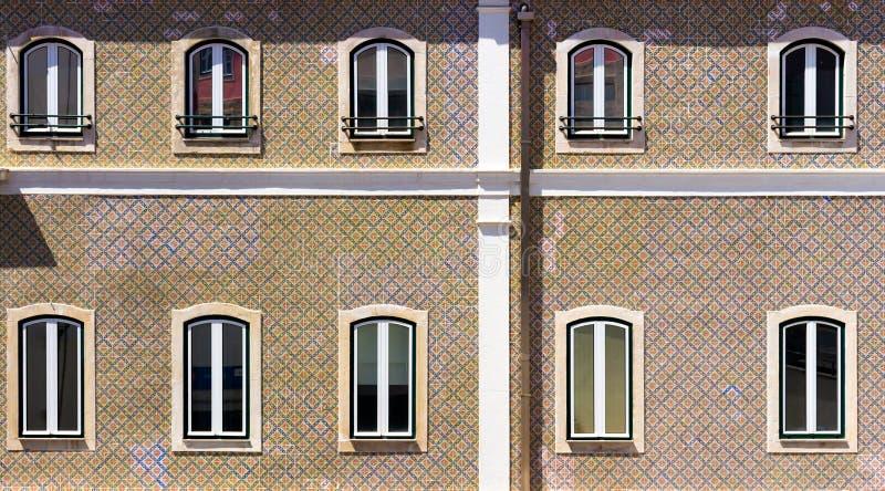 一个典型的房子的几个窗口在葡萄牙 免版税库存图片
