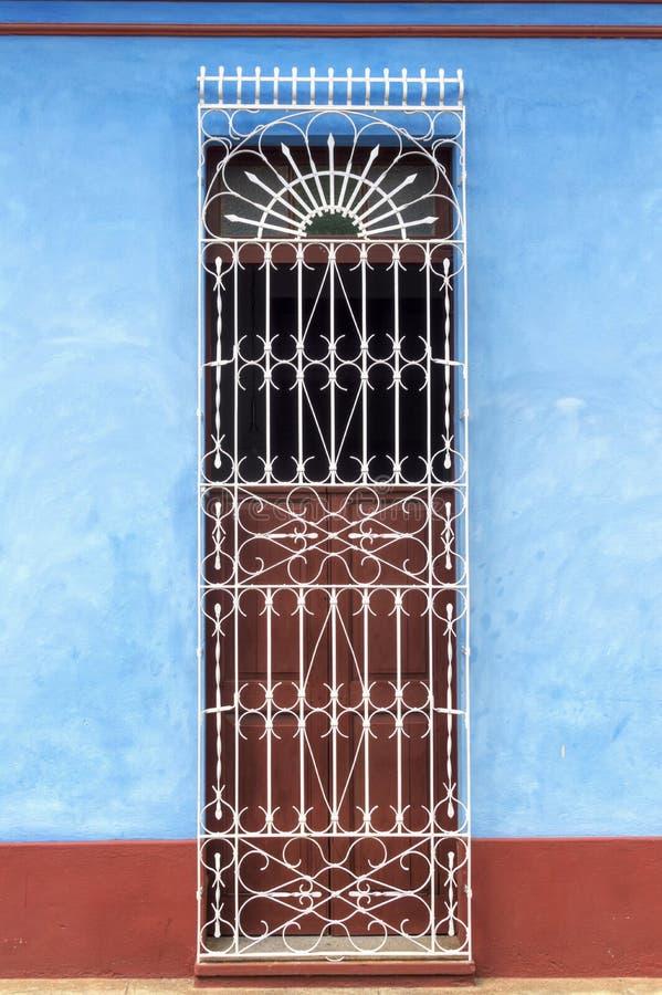 一个典型的殖民地房子的门在特立尼达,古巴 库存图片