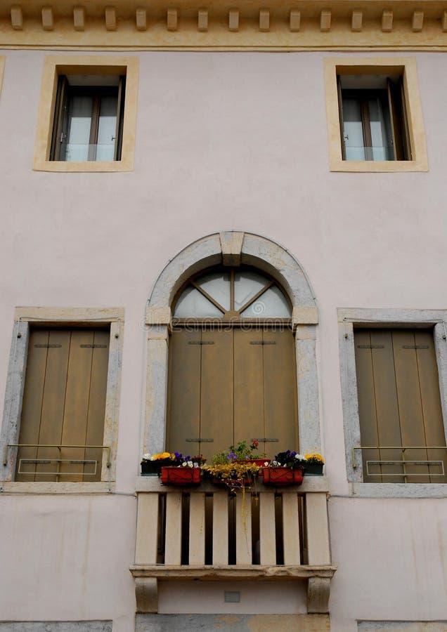 一个典雅的房子的门面威岑扎布雷甘泽省的在威尼托(意大利) 库存照片