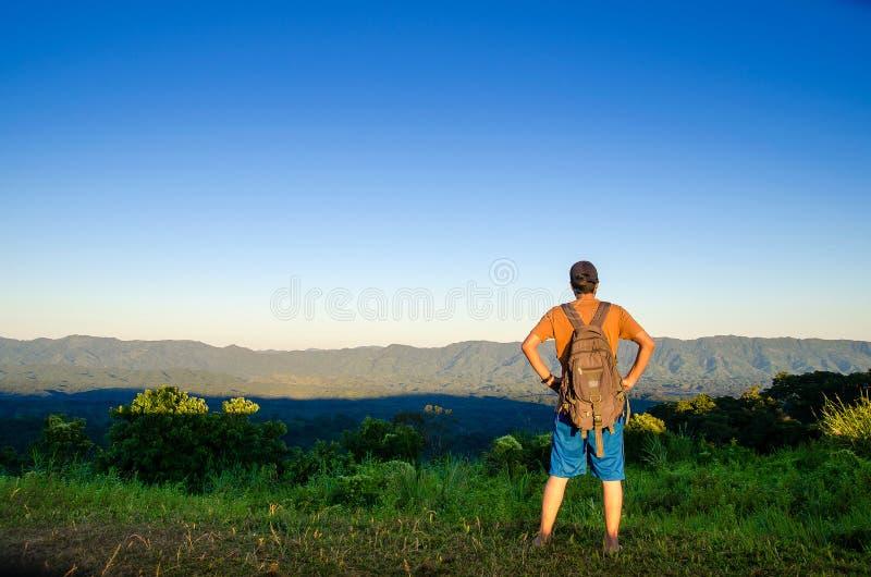 一个冒险的旅客到达了顶面山 库存图片