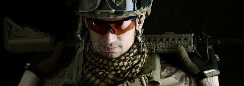 一个军人狙击手的宏观画象 库存照片