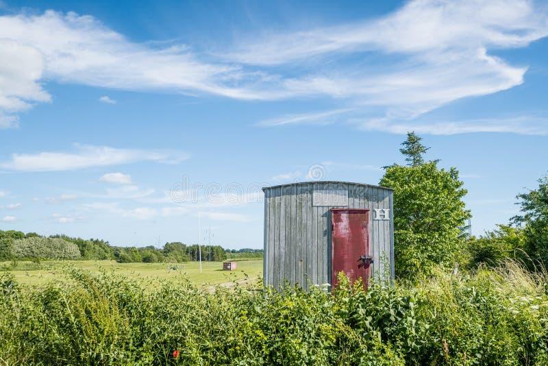一个农村领域的木棚子 免版税库存照片