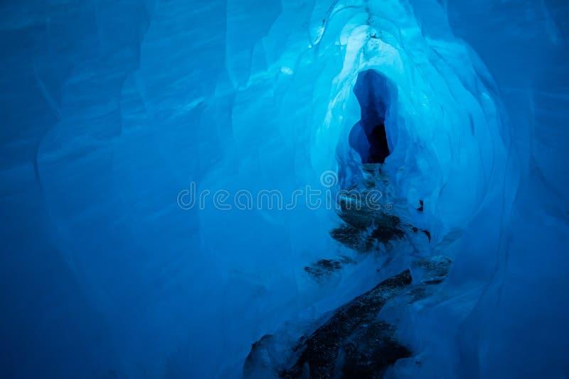 一个冰河冰洞的深刻的蓝色冰里面 这个隧道由熔化马塔努斯卡冰川的冰的水雕刻 库存照片