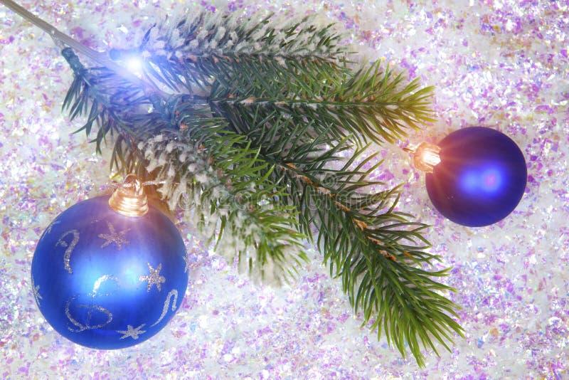 一个冷杉木和新年` s球的分支在装饰雪背景的  库存图片