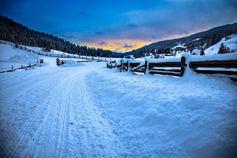 一个冷的冬天早晨在Lessach 库存照片