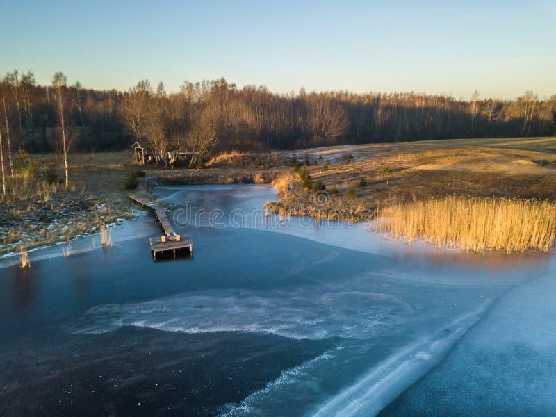 一个冻湖的照片在一秋天天 免版税库存图片