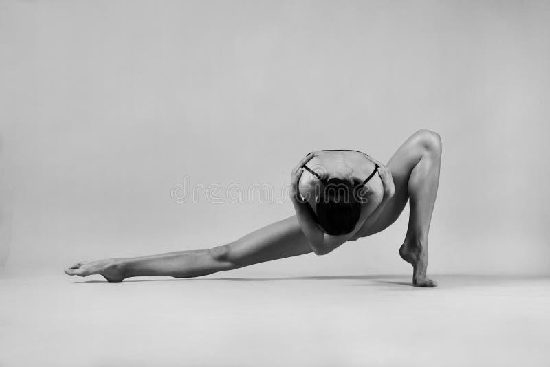 一个几何姿势的芭蕾舞女演员 免版税库存图片