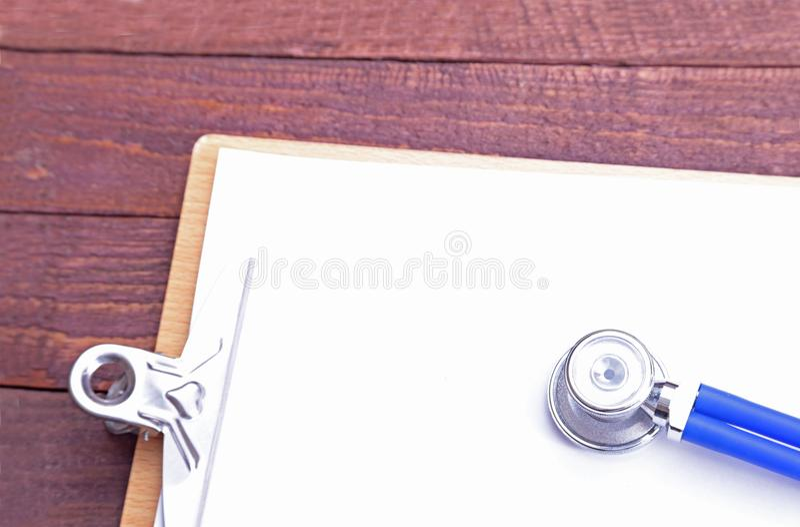 一个医疗听诊器的特写镜头有文件夹的 免版税库存图片