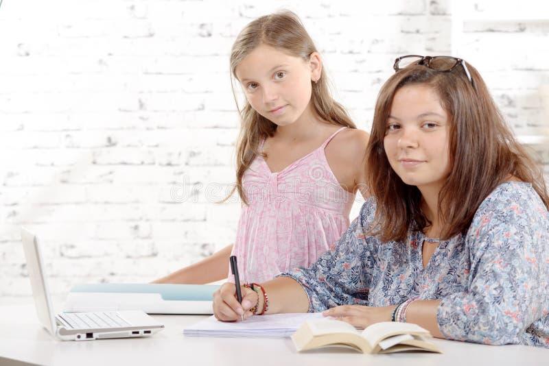 Download 一个十几岁的女孩和她的妹妹 库存照片. 图片 包括有 人们, 乐趣, 学校, 子项, 学员, 做父母的, 相当 - 59100564