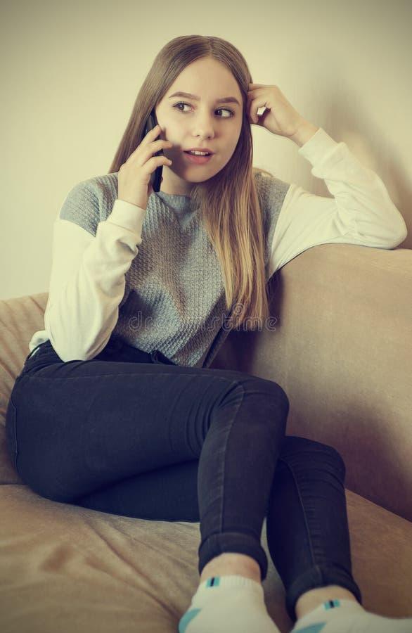 一个十几岁的女孩在电话谈话 免版税库存图片