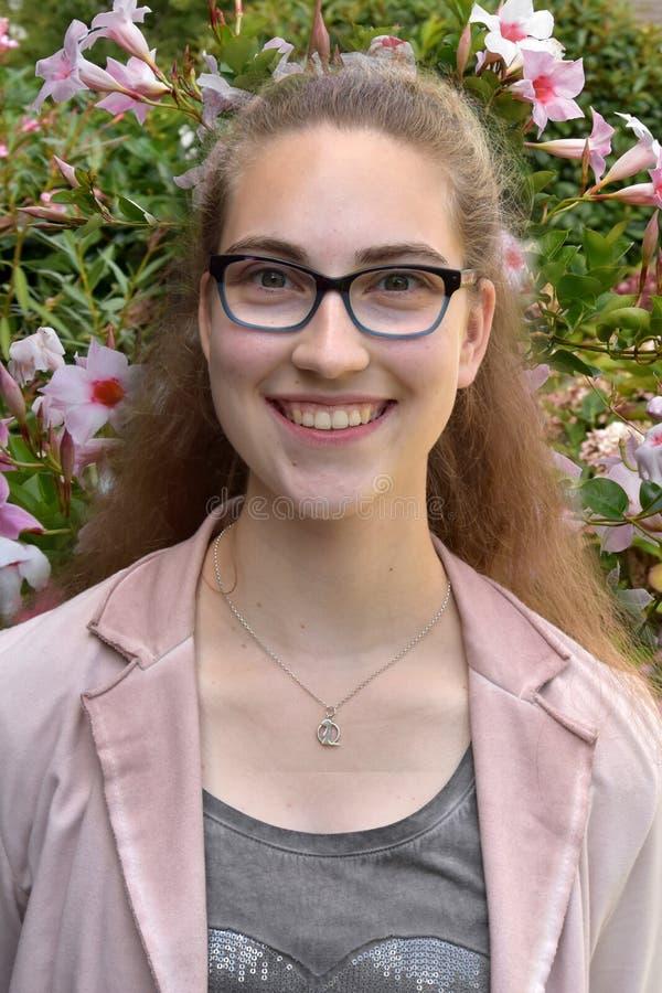 一个十几岁的女孩的画象戴眼镜的 图库摄影
