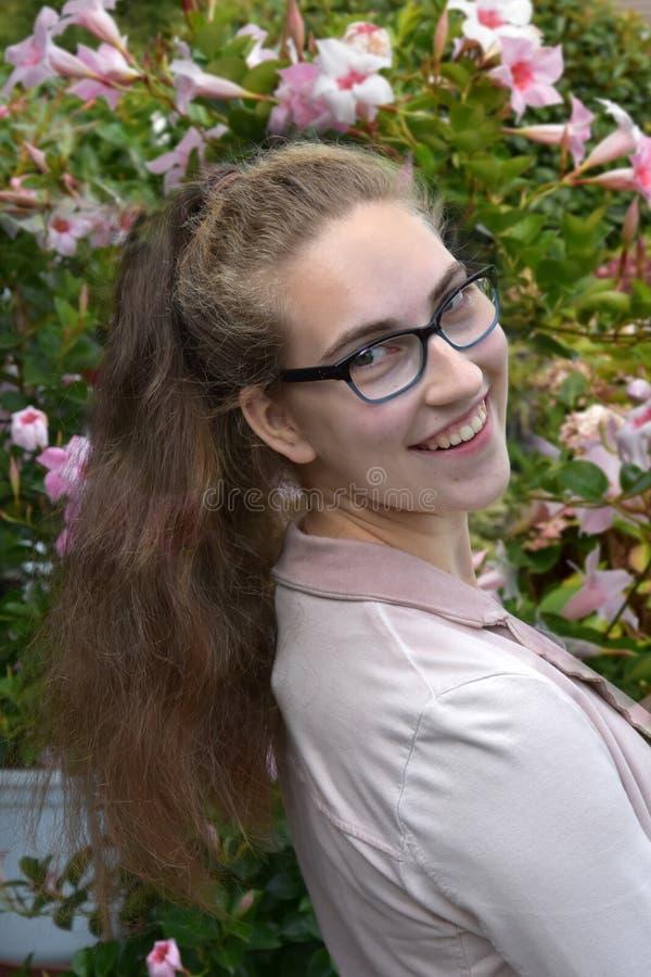 一个十几岁的女孩的画象戴眼镜的 库存图片