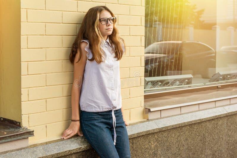一个十几岁的女孩的画象13-14岁 免版税库存照片