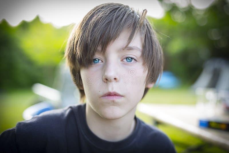 一个十几岁的男孩的画象,自信 免版税库存图片