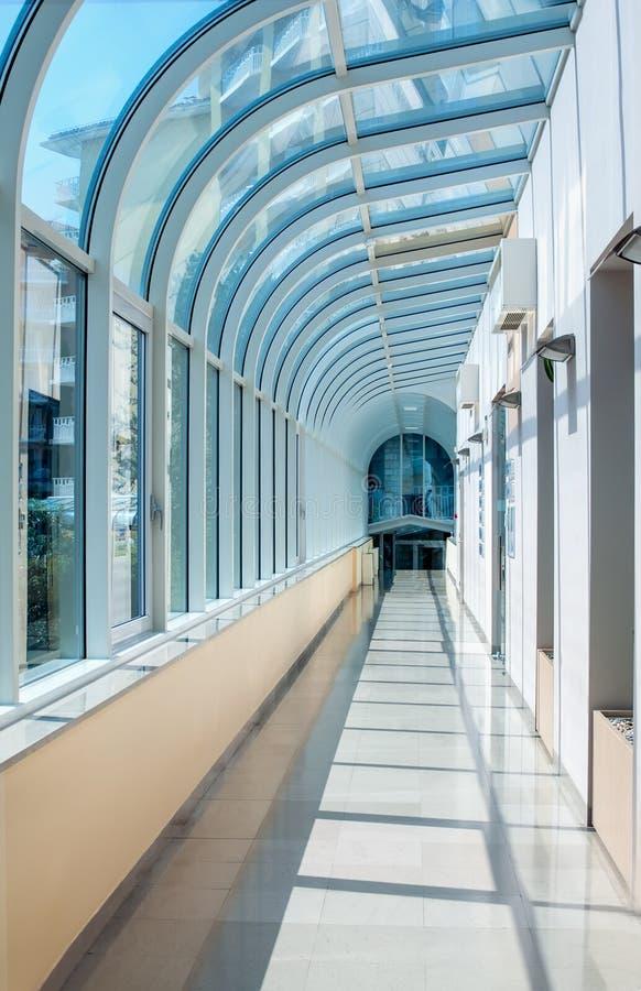以一个半圆隧道的形式走廊有透明玻璃墙的 图库摄影