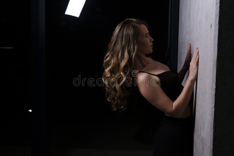 一个华美的白肤金发的模型在演播室 库存照片