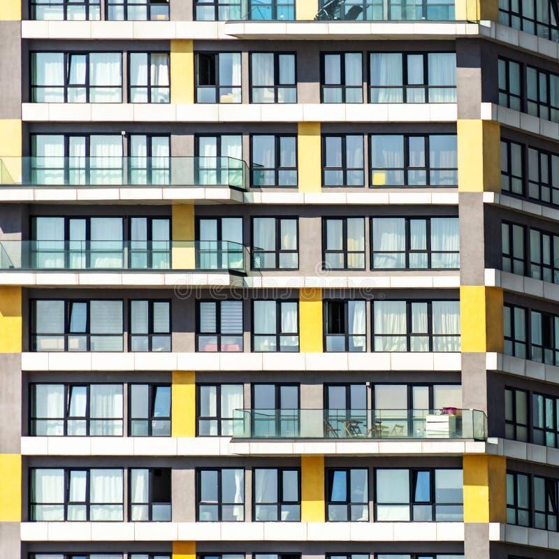 一个单调丑恶的摩天大楼的细节在一个郊区 图库摄影