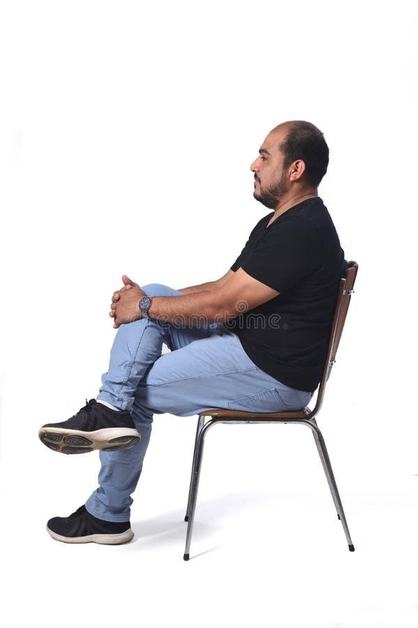 一个南美人的充分的画象坐在白色的一把椅子 免版税库存图片