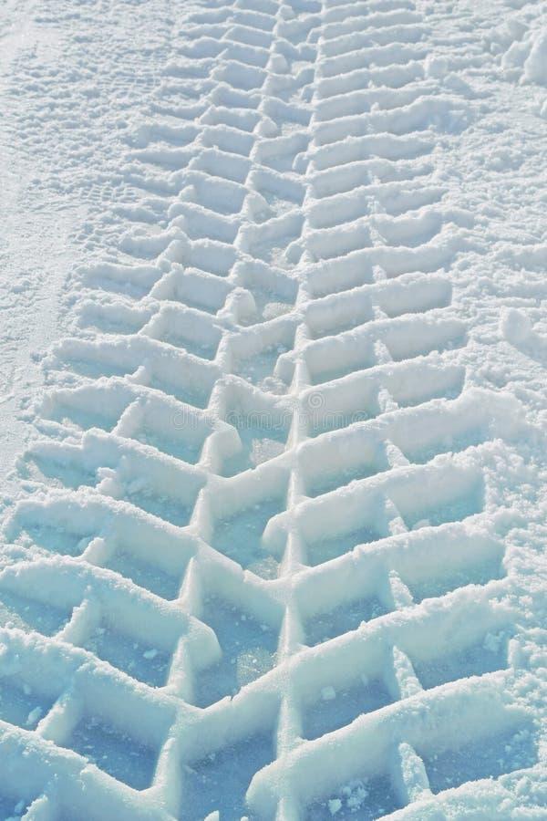 一个卡车轮胎的版本记录在雪的 库存照片