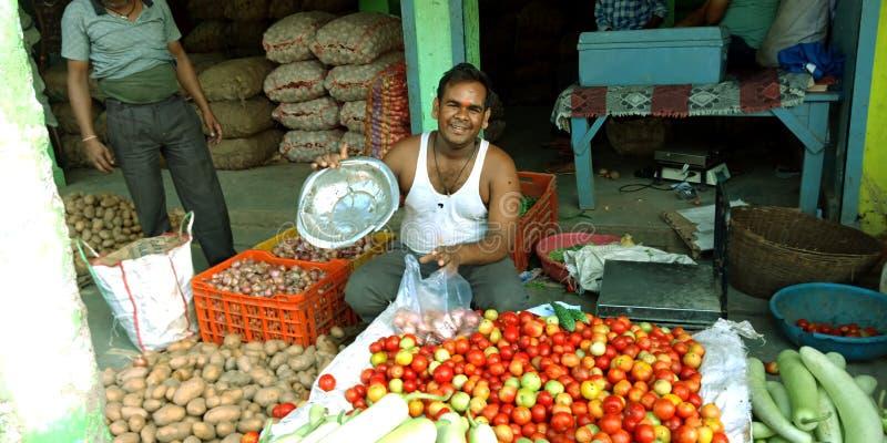 一个印度农村农民在农产品市场蔬菜 免版税库存图片