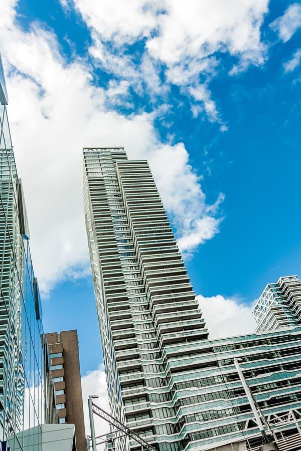 一个印象深刻的摩天大楼在中央驻地附近的海牙市 库存照片