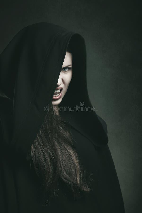 一个危险吸血鬼的黑暗的画象 免版税库存照片