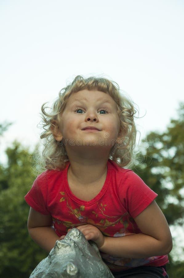 一个卷曲白肤金发的女孩 免版税库存图片