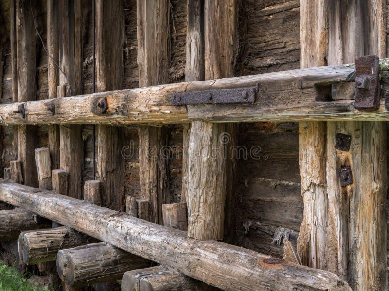 一个历史建筑的老退色的被抓的射线与生锈的钢元素的 图库摄影