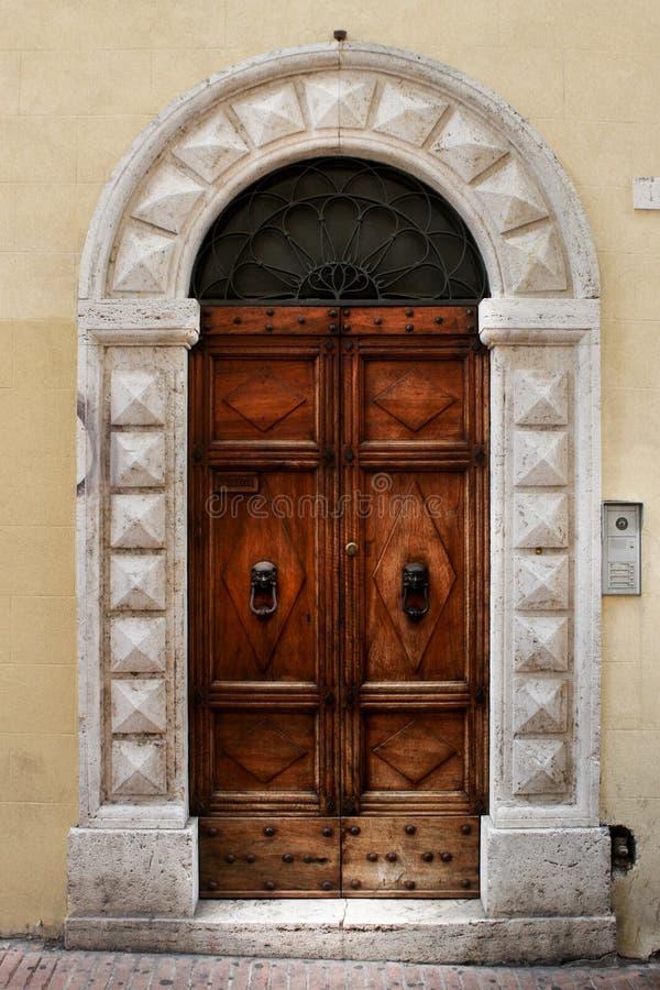 一个历史建筑的古老门在佩鲁贾(托斯卡纳,意大利) 免版税图库摄影