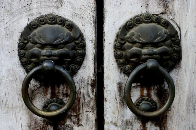 一个历史建筑的敲门人 免版税图库摄影