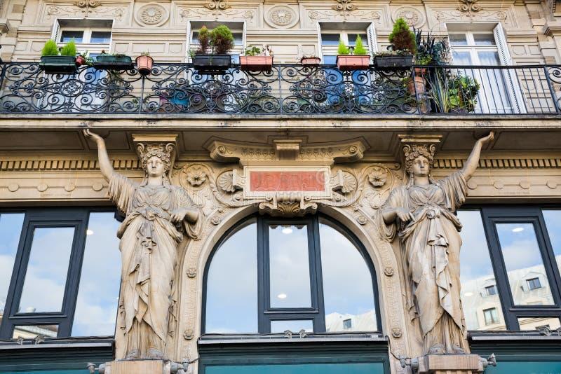 一个历史建筑的门面细节在巴黎,法国 库存照片