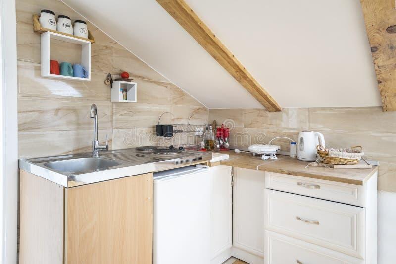 一个厨房的内部有双重斜坡屋顶的房屋的 免版税图库摄影