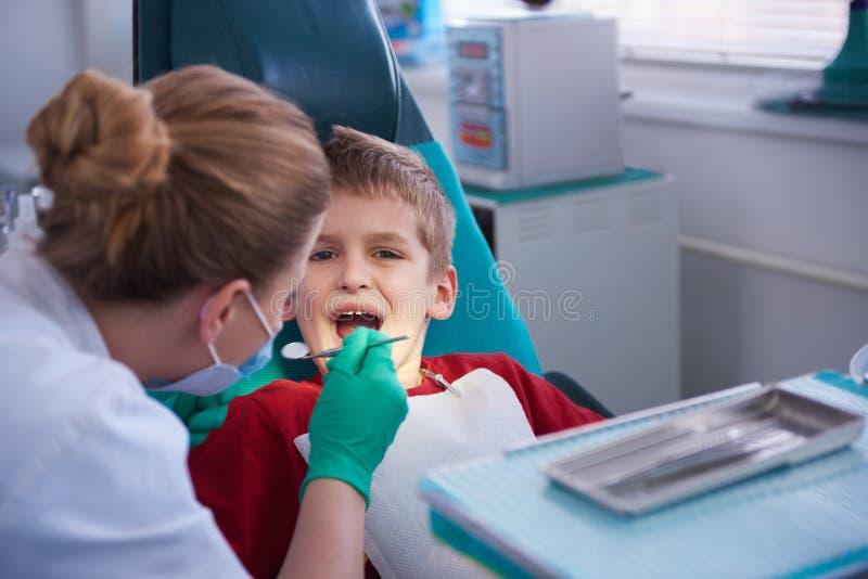 一个口腔外科的年轻男孩 免版税库存图片