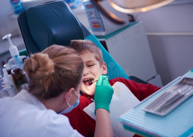 一个口腔外科的年轻男孩 图库摄影