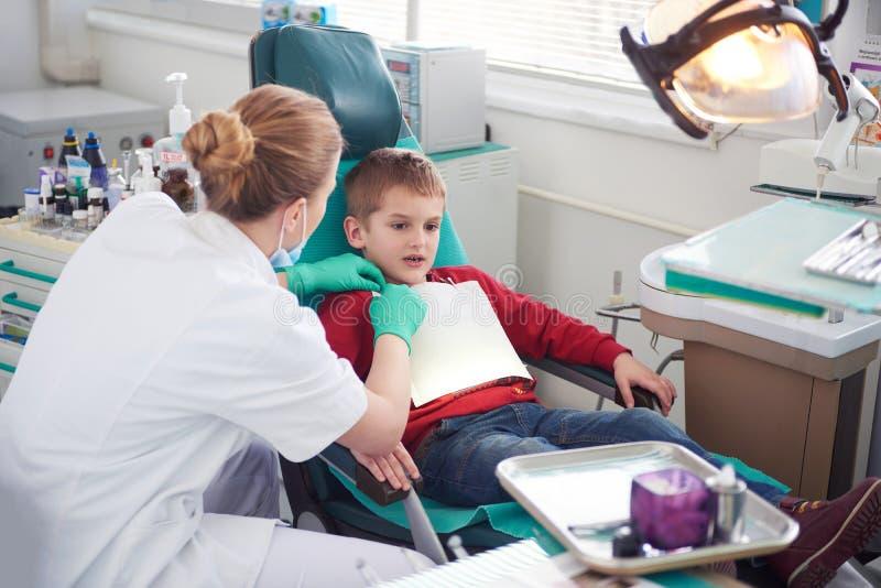 一个口腔外科的年轻男孩 免版税图库摄影