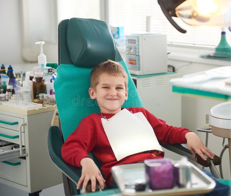 一个口腔外科的年轻男孩 免版税库存照片