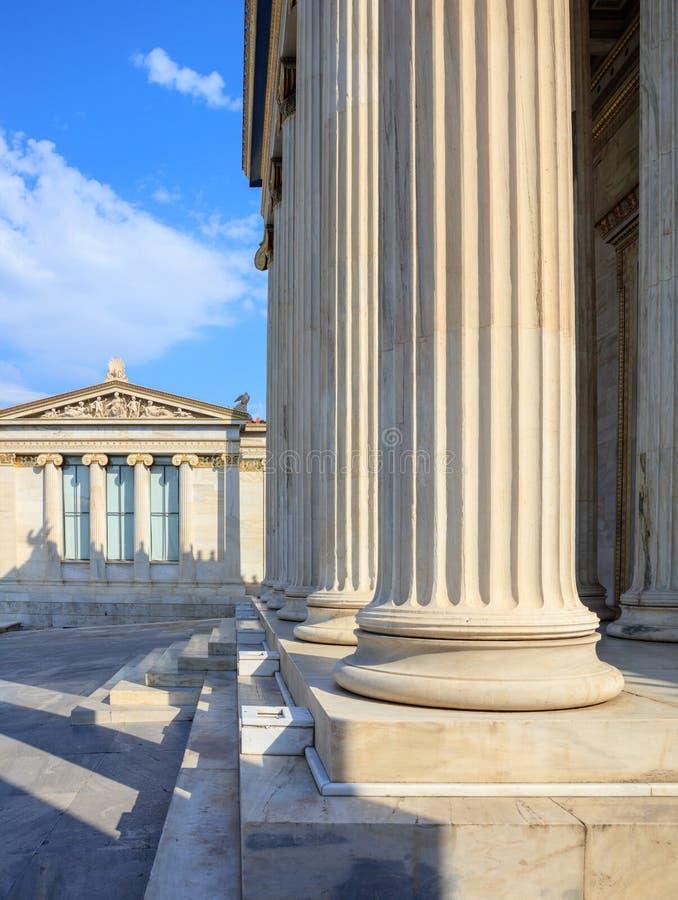 一个古典大厦的希腊大理石柱子infront 库存照片