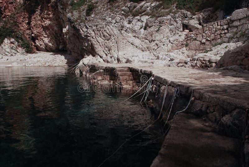 一个古老口岸,渔夫的,有绳索的准备好小船到来  库存照片