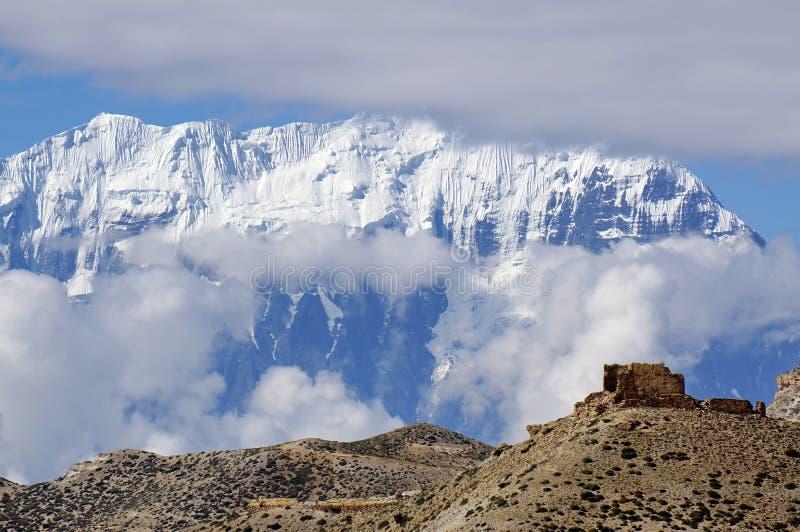 一个古老堡垒的废墟反对安纳布尔纳峰山脉的背景的 免版税库存照片