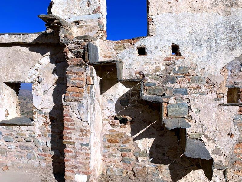 一个古老残破的砖墙和独特的台阶的艺术性的构成由黑石头制成 免版税库存照片