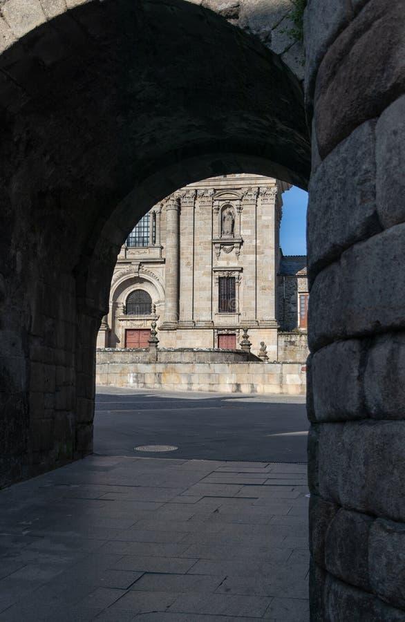 一个古老石教会的门面的看法通过段落 卢戈大教堂在加利西亚,西班牙 免版税库存照片