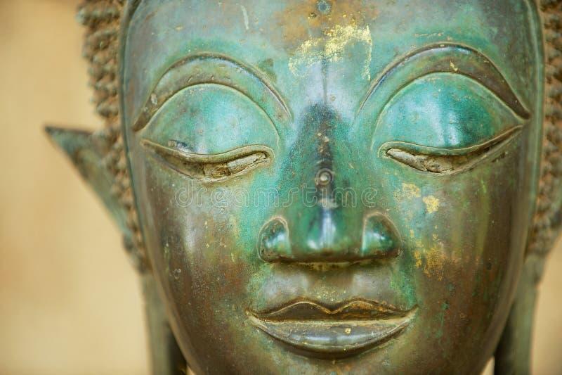 一个古老铜菩萨雕象的面孔的特写镜头在万象,老挝 免版税库存照片