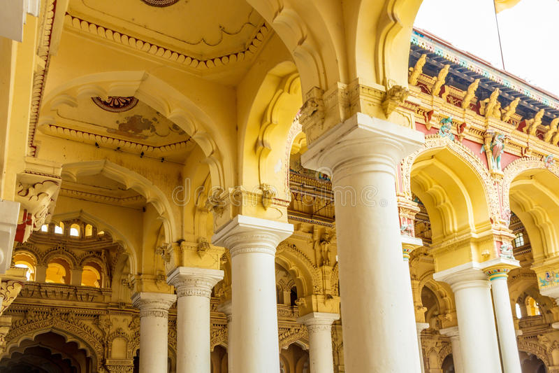 一个古老Thirumalai Nayak宫殿的底下角度有柱子的,雕塑,马杜赖,泰米尔・那杜,印度, 2017年5月13日 库存照片